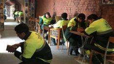 Temizlik işçileri çöplerden topladığı 4 bin kitapla kütüphane kurdu