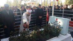 Diyanet İşleri Başkanı Erbaş, şehit Ömer Halisdemir'in mezarı başında dua etti…