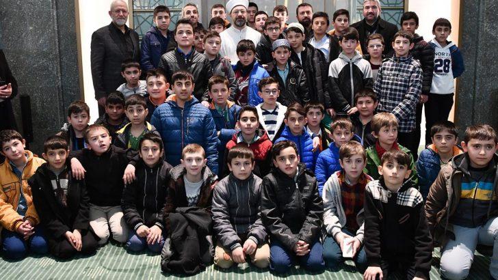 Başkan Erbaş, Millet Camii'nde çocuklar ve gençlerle buluştu