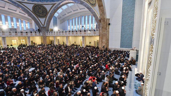 Diyanet İşleri Başkanı Erbaş, gençlerle Mehmetçiğe zafer duası yaptı